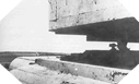 Images :  Un guetteur Allemand regarde avec ses jumelles vers le large