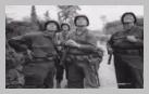 Image : Ces fantassins du 3ème bataillon du 8ème régiment de la 4ème division d'infanterie à hauteur d'Amigny le 25 juillet 1944, à l'ouest de Saint-Lô, observent les vagues successives de bombardiers alliés engagés dans le cadre de l'opération Cobra.