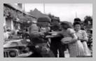 Image : 8 août 1944 : des soldats américains à côté d'une Jeep savourent un repas offert par la population de Champigné en liesse après sa libération. Il s'agirait du Captain Phillip C. Staples de la compagnie G, 2nd Infantry Regiment, 5th Infantry Division.