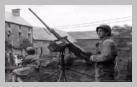 Image : 22 juillet 1944 : des soldats américains surveillent les alentours armés d'une mitrailleuse lourde M2 HB 12,7 mm (servie par le Pfc Angelo Brichellio) pendant le déroulement d'une messe devant une ferme.
