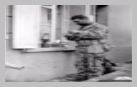Image : Le soldat américain Joseph De Freitos appartenant au 41st Armored Infantry Regiment de la 2nd Armored Division fait chauffer sa ration sur un réchaud individuel. Noter sa tenue bariolée peu utilisée pendant la bataille de Normandie.