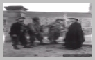 Image : 7 juillet 1944 : l'abbé Pierre Hébert et M. Gancel surnommé Chabriac en pleine discussion avec deux soldats américains devant le cimetière de Neuilly-la-Forêt.