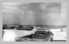 Image : Des caissons Phoenix et des éléments Whales devant être utilisés dans le cadre de la construction des ports artificiels en Normandie sont stockés devant Selsey en même temps que des véhicules de transport amphibies DUKW.