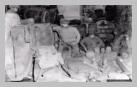Image : 3 août 1944 : des soldats américains particulièrement fatigués ont choisi de se reposer dans une cave remplie de barriques de cidre.