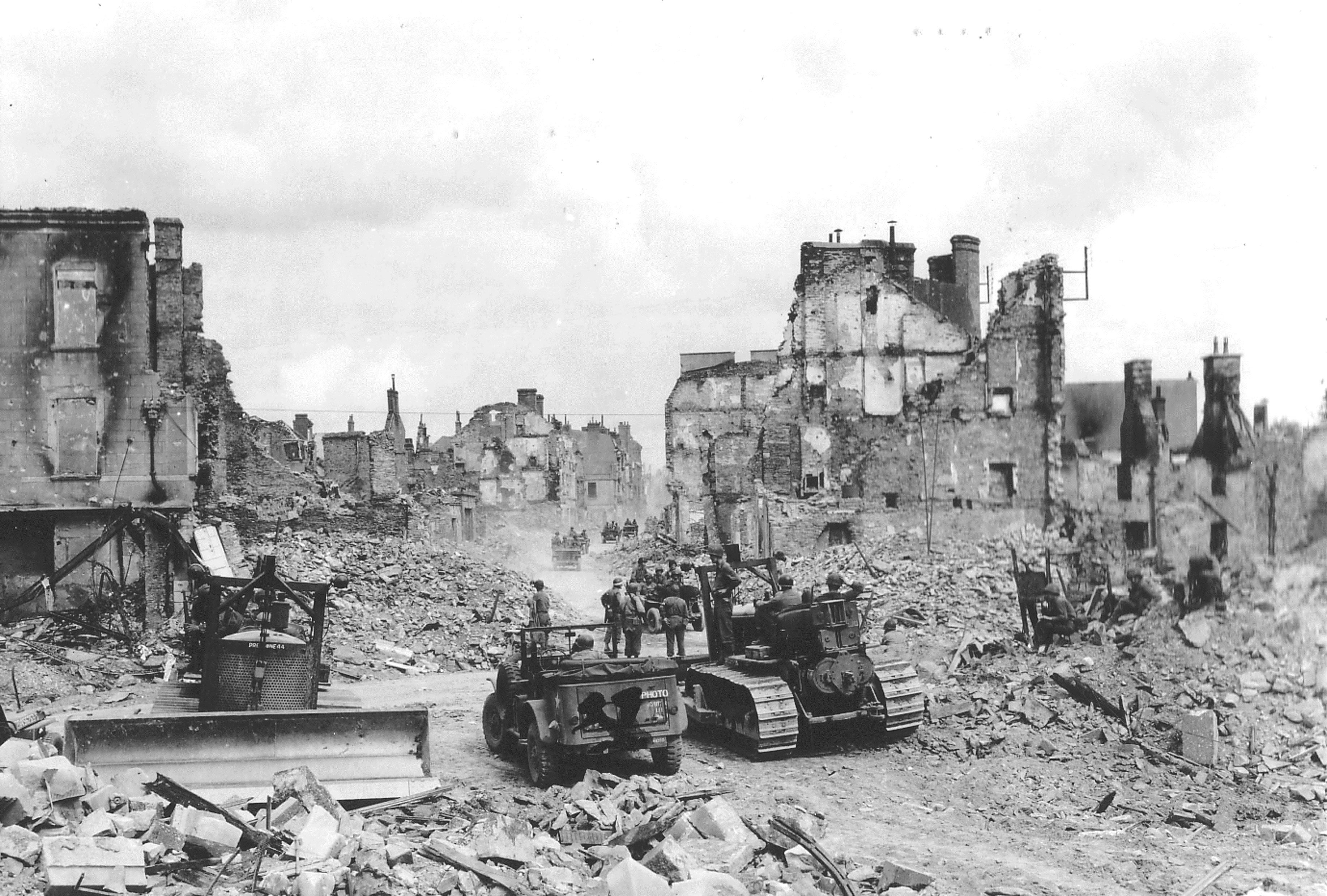Saint-Lo France  city pictures gallery : Saint Lô pendant la bataille de Normandie dans le département de la ...