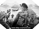 Image : Bill Millin débarque sur Sword Beach avec sa cornemuse. Au deuxième plan, seul à droite de la colonne : Lord Lovat