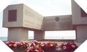 Image : Fleurs au monument de la National Guard à Omaha Beach (6 juin 2003)