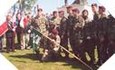 Image : Les paras US posent devant Iron Mike à Sainte Mere Eglise (8 juin 2003)