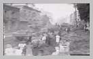 Image : 23 août 1944 : les habitants de Gacé se pressent le long des routes pour observer le passage de blindés Stuart alliés dans la ville (route de Lisieux, place du château).