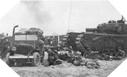 Image : Véhicules et soldats sous le feu des positions Allemandes à Gold Beach