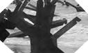 """Images : Défenses de plages dénommées """"Hérissons Tchèques"""". Leur rôle est de détruire les engins de débarquement"""