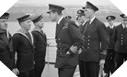Image : Lord Mountbatten passe en revue les militaires ayant participé au raid de Bruneval