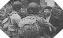 Image : Des parachutistes Américains se renseignent auprès d'un civil normand