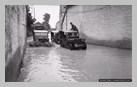 Image : 21 juillet 1944 : des Jeeps traversent une rue inondée de la commune de Cully.