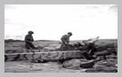 Image : 2 juillet 1944 : les soldats canadiens H. H. deVries et M. A. Sallows inspectent un obusier allemand 122 mm abandonné dans le secteur de Fontaine-Henry.