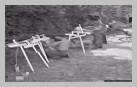 Image : 12 août 1944 : conception de croix en bois pour le cimetière de Roucamps situé à proximité du Mont-Pinçon.