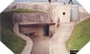 Image : L'entrée du poste d'observation et de tir H636a de la batterie allemande de la Pointe du Hoc