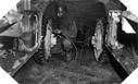 Image : Un mécanicien effectue le contrôle de la pression des pneus pendant une pause du convoi