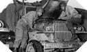 Image : Les conducteurs vérifient le moteur de leur camion avant de reprendre la route