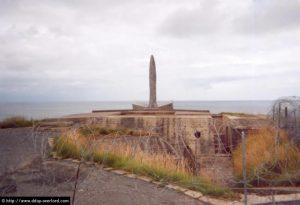 La Pointe du Hoc surmontée du mémorial dédié aux Rangers américains