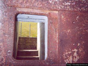 L'emplacement d'une mitrailleuse située à l'intérieur d'une casemate et sensée barrer son accès