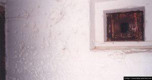 L'entrée du poste d'observation criblée d'impacts causés par les explosions de grenades