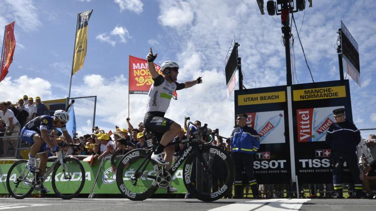 Le Britannique Mark Cavendish passe la ligne d'arrivée, lors de la première étape du Tour de France, le 2 juillet 2016.  (ALIX GUIGON / AFP