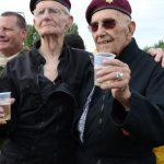 Deux vétérans de 90 ans sautent en parachute à Merville-Franceville