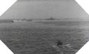 Image : Alors que l'USS Corry sombre, des navires américains viennent à son secours