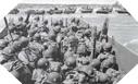 Image : Une équipe de brancardiers Américains débarquent à leur tour sur la plage à peine sécurisée