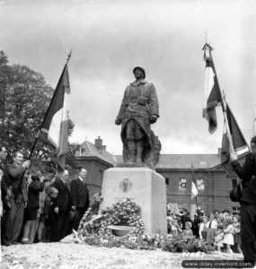 14 juillet 1944 : cérémonie de la fête nationale au monument aux Morts de la Première Guerre mondiale d'Isigny-sur-Mer. Photo : US National Archives