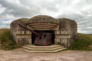 Casemate modèle M272 de la batterie de Longues-sur-Mer abritent un canon de 150 mm TK C/36. Photo (2014) : D-Day Overlord