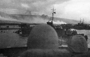 Le LCI(L) 553, touché par un obus de 88 mm, est échoué sur la plage. La photo a été prise à partir du LCI(l) 412. Photo : US National Archives