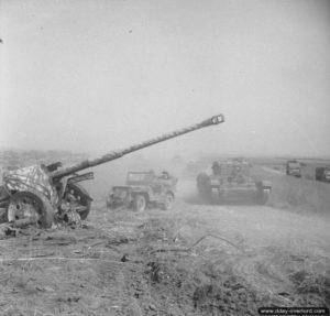 8 août 1944 : un char Cromwell et une Jeep à proximité d'un canon Pak 43 de 88 mm abandonné pendant l'opération Totalize. Photo : IWM